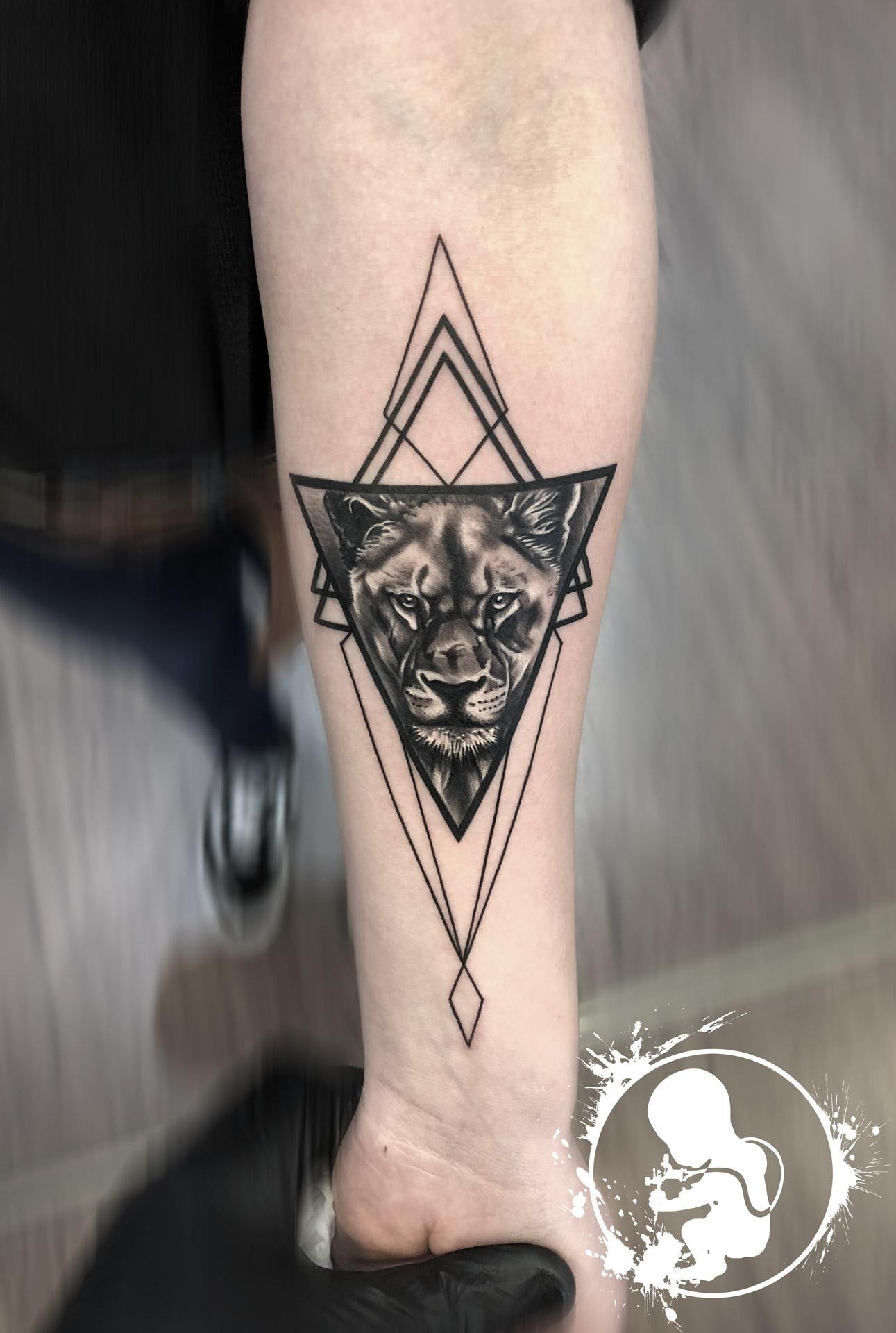Löwe geometrisch | Thomas | Newborn Tattoo Wolfratshausen